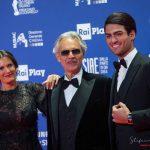 Andrea Bocelli con il figlio Matteo e la moglie ai David di Donatello